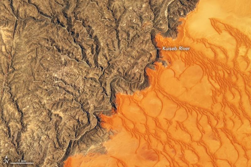 Tam, gdzie kończą się wydmy Góry piasku, niektóre o wysokości nawet 300 metrów na pustyni Namib w Afryce sięgają w kierunku nieba. Wydmy, napędzane wiatrem, maszerują przez pustynię.