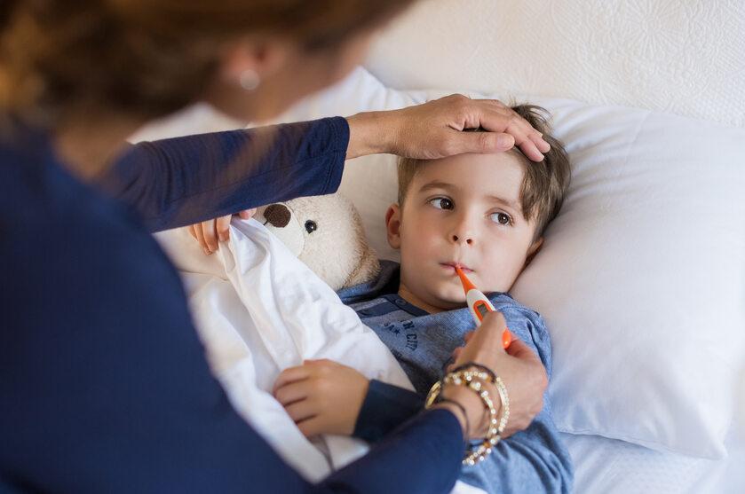 Matka opiekująca się chorym dzieckiem (zdj. ilustracyjne)