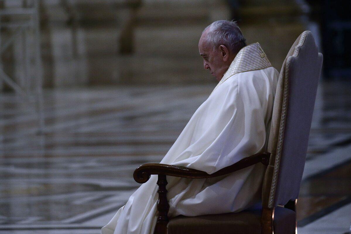 Papież Franciszek modlił się napustym placu św. Piotra oustanie epidemii koronawirusa