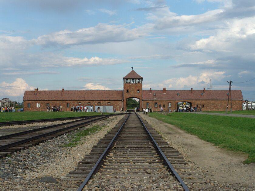 Wartownia i brama główna Auschwitz II (Birkenau), widok z rampy wewnątrz obozu