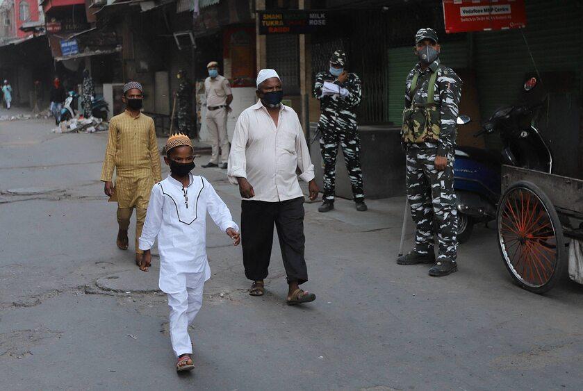 Mieszkańcy Nowego Delhi w maseczkach