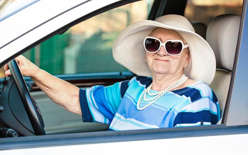 Starsza kobieta za kierownicą