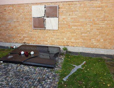 Wandale zdewastowali tablicę upamiętniającą ofiary katastrofy smoleńskiej
