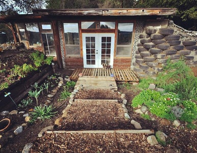 Ten niezwykły dom zbudowano jedynie przy wykorzystaniu materiałów z...