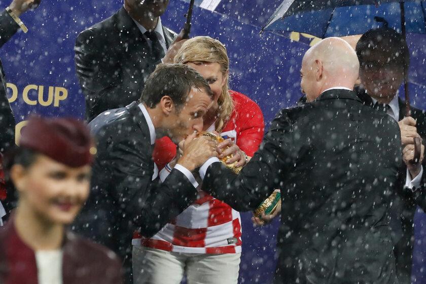 Emmanuel Macron całuje Puchar Świata FIFA