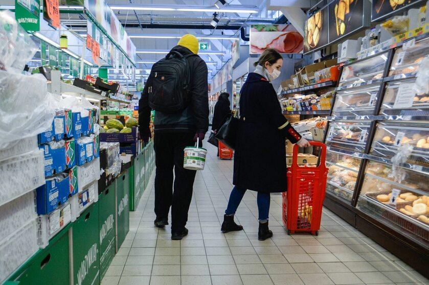 Klienci w jednym ze sklepów w Polsce