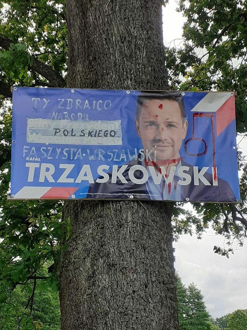 Zniszczony baner Rafała Trzaskowskiego