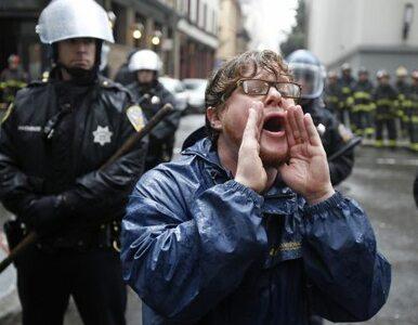 """USA: """"Oburzeni"""" biją się z policją. W ruch poszły kamienie, butelki i..."""