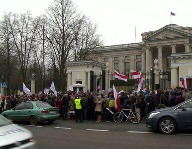 Antywojenny protest przed ambasadą Rosji w Warszawie
