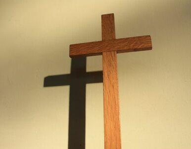 Krzyż i portret papieża przed szpitalem. Wiec poparcia dla prof. Chazana