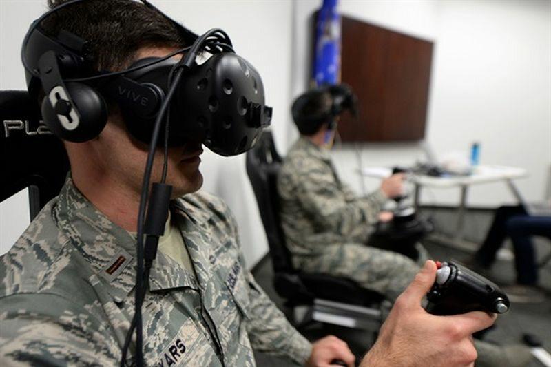 Żołnierze (tu amerykańscy) ćwiczący z wykorzystaniem wirtualnej rzeczywistości (zdjęcie ilustracyjne)