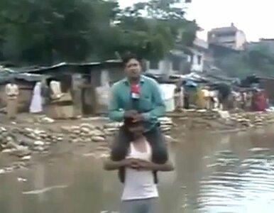 Powódź zalała mu dom. Musiał nosić dziennikarza na ramionach
