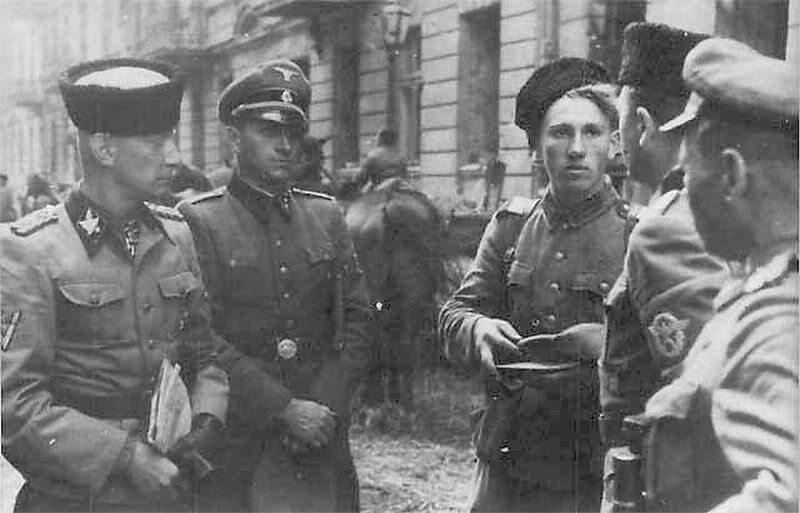 """SS-Gruppenführer Heinz Reinefarth w czapce """"kubance"""" oraz żołnierze 3 Pułku Kozaków płk. Jakuba Bondarenki - okolice ul. Wolskiej w Warszawie"""