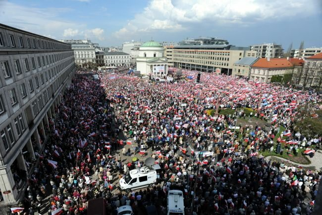 Liczba demonstrantów na warszawskim pl. Trzech Krzyży robiła wrażenie... (fot. PAP/Tomasz Gzell)