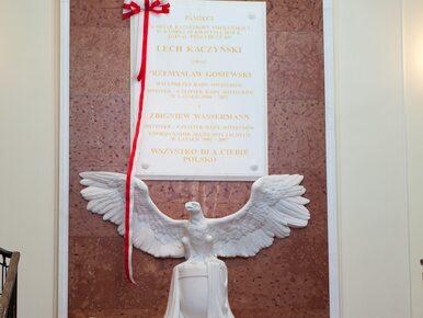 Dlaczego na tablicy upamiętniającej ofiary katastrofy smoleńskiej są...