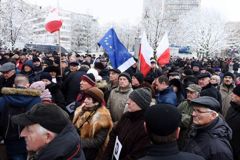 Protest przed Sejmem przeciwko ustawie dezubekizacyjnej, 2 grudnia 2016