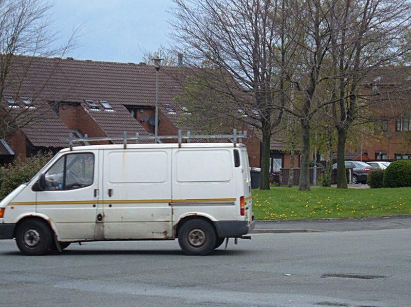 Biały van (zdjęcie ilustracyjne)