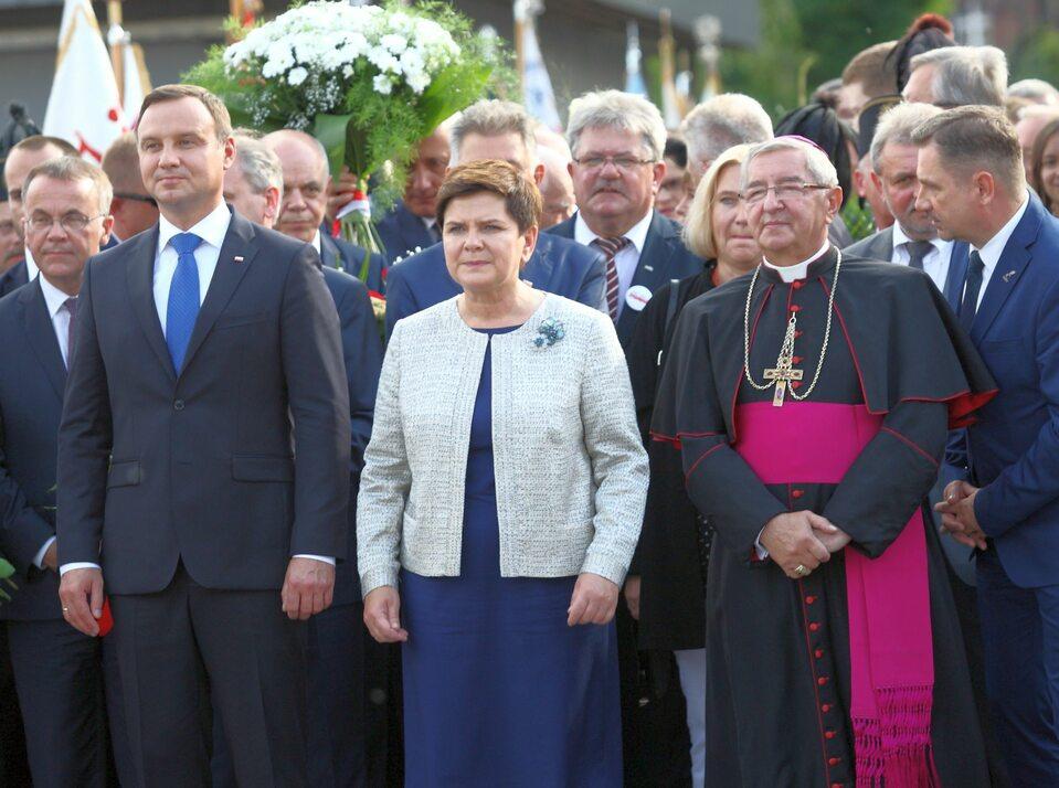 Abp Głódź (z prawej strony) z prezydentem Andrzejem Dudą i premier Beatą Szydło