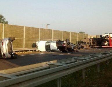 Wypadek na S7 pod Grójcem. Z lawety spadły Mercedesy