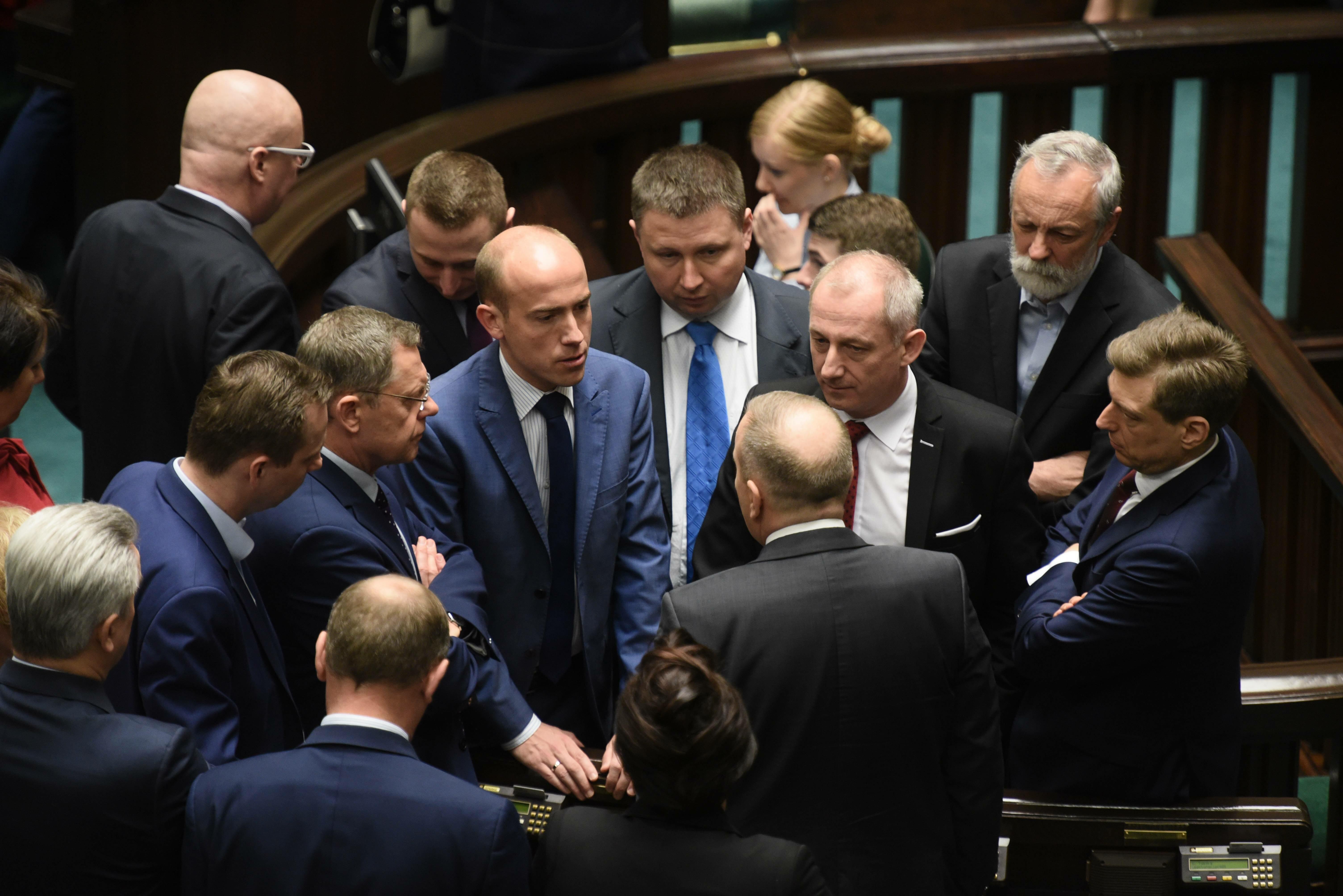 Posłowie PO w Sejmie. (Borys Budka w środku)