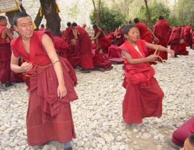 Fala samospaleń tybetańskich mnichów w Chinach. 10 tys. osób modli się...