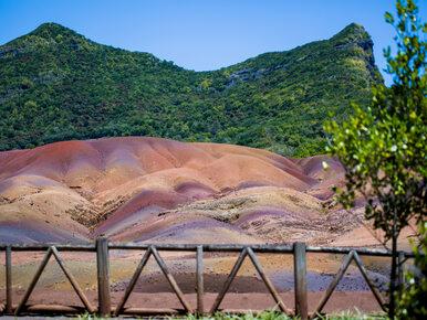 Niezwykły cud natury na wyspie Mauritius. Ta ziemia mieni się wszystkimi...