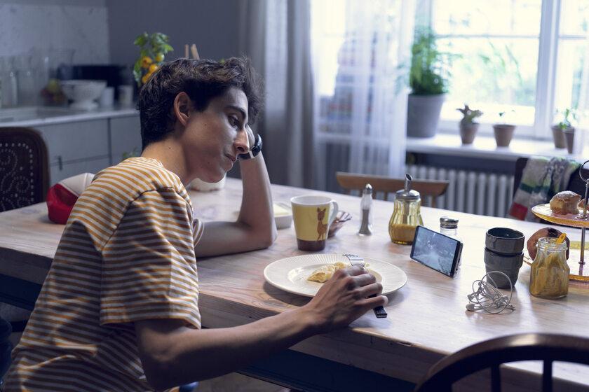 Chłopak oglądający film na smartfonie