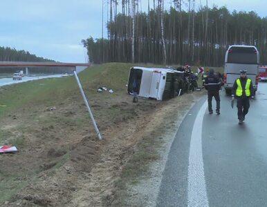 Na S8 wywrócił się autobus przewożący pracowników. 4 osoby ranne