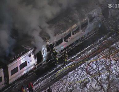 Pociąg staranował auto na przejeździe. Utknęło między zaporami
